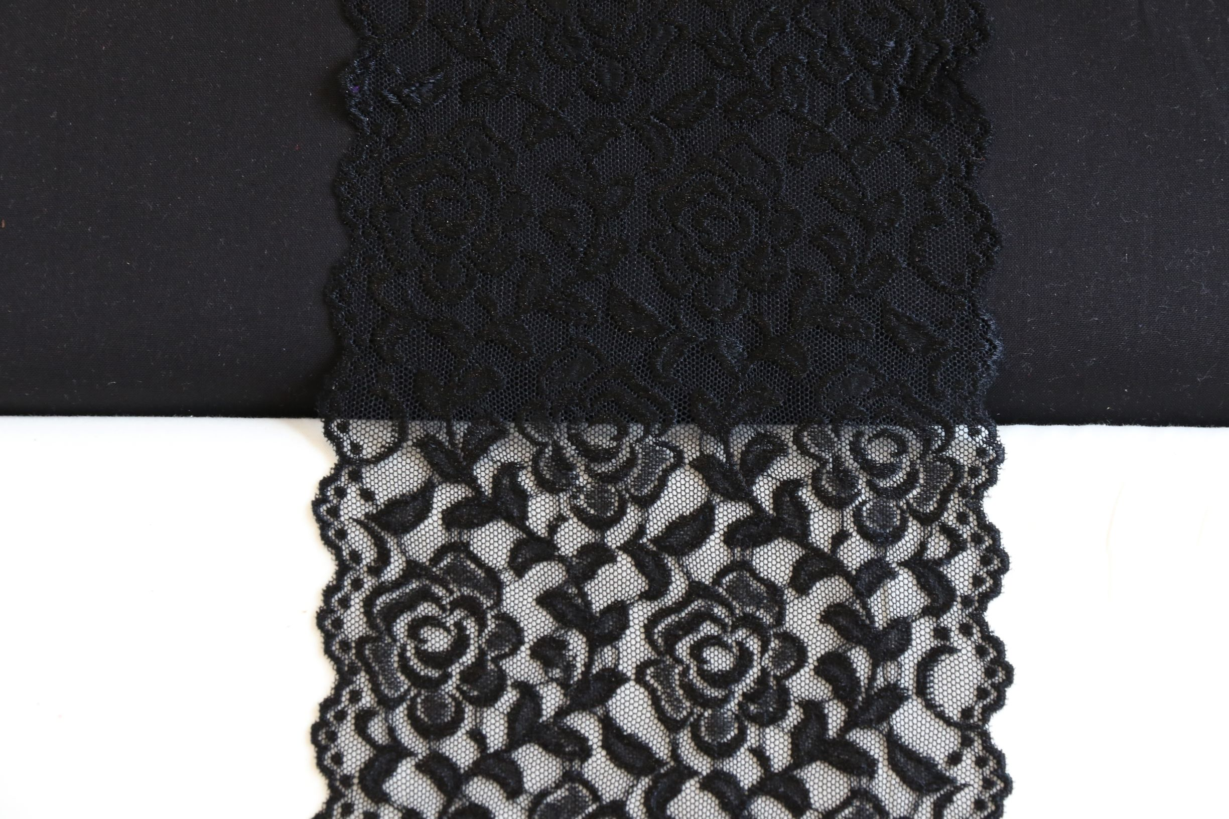 glanzende bloemenkant zwart