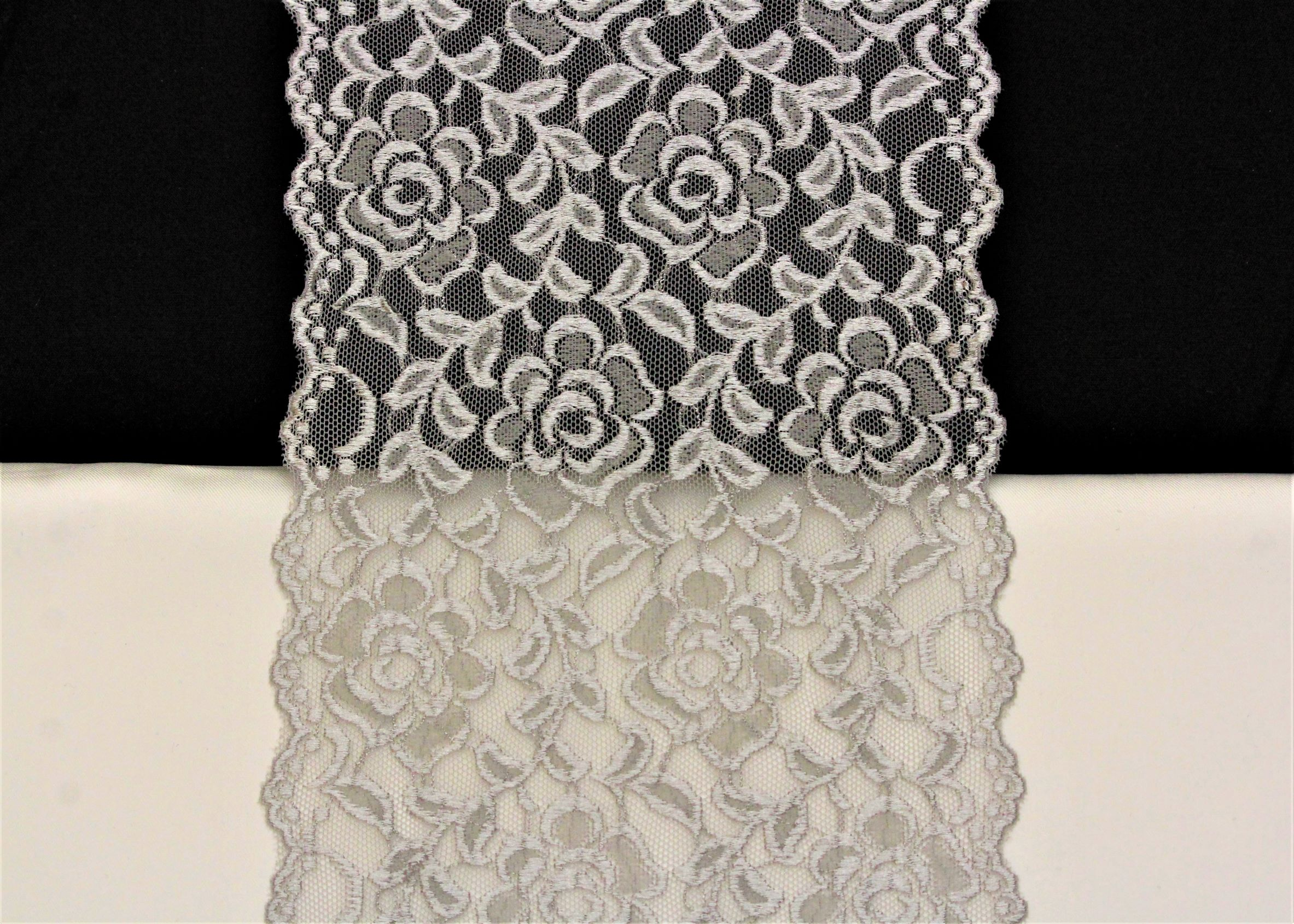 glanzende zilvergrijze bloemenkant